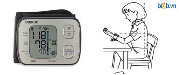 Tư thế đo máy huyết áp cổ tay Omron Hem 6221
